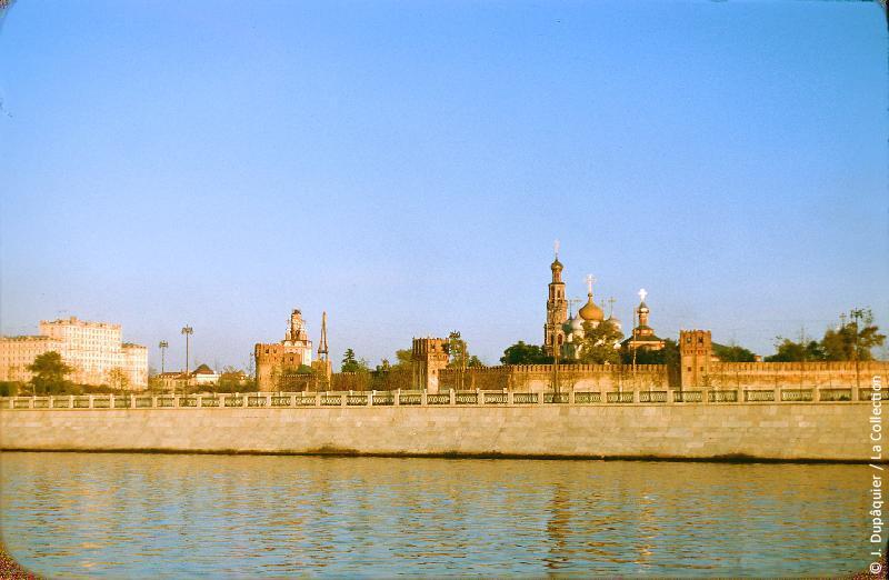 Photographie (résolution écran) : Fonds photographique Jacques Dupâquier — Voyage en URSS en 1956 — Moscou : «Moscou-La Moskova en face du Monastère de Novodievitchi»