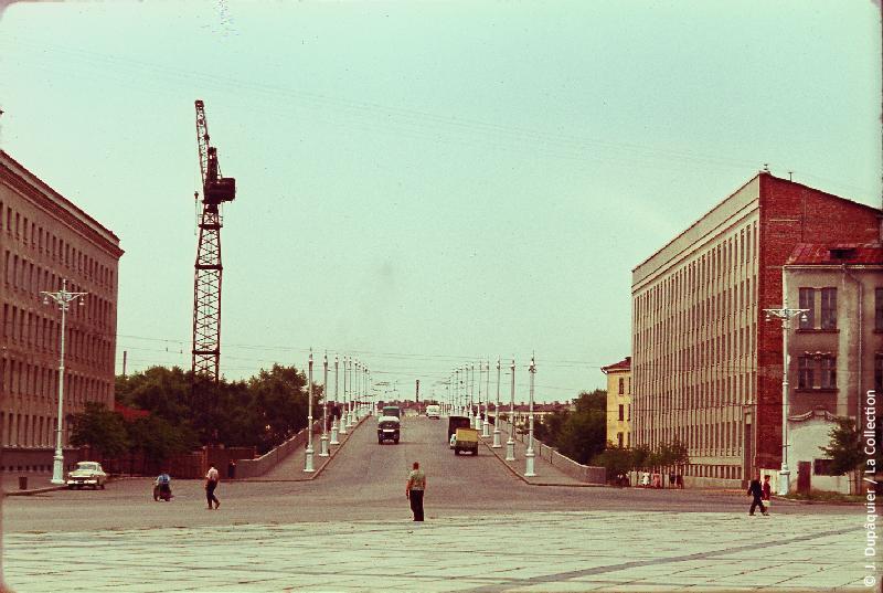 Photographie (résolution écran) : Fonds photographique Jacques Dupâquier — Voyage en URSS en 1964 — Sur la route de Moscou-Minsk Smolensk Borodino : «Minsk-Place Lénine»