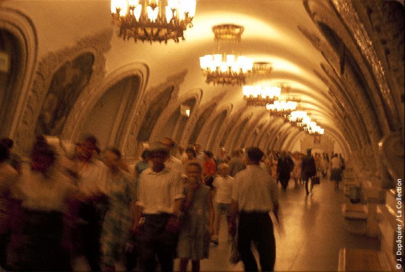 Photographie (résolution écran) : Fonds photographique Jacques Dupâquier — Voyage en URSS en 1964 — Moscou : «Moscou-Dans le métro-Station Kievskaïa»