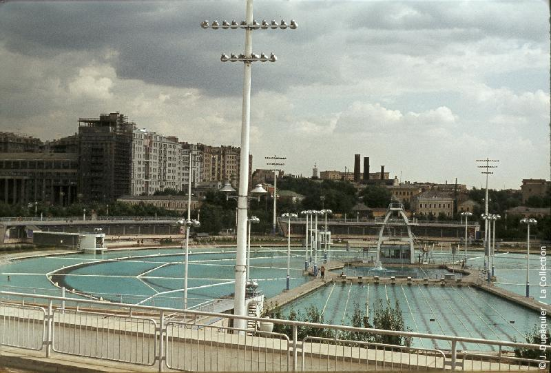 Photographie (résolution écran) : Fonds photographique Jacques Dupâquier — Voyage en URSS en 1964 — Moscou : «Moscou-La grande piscine en plein air»