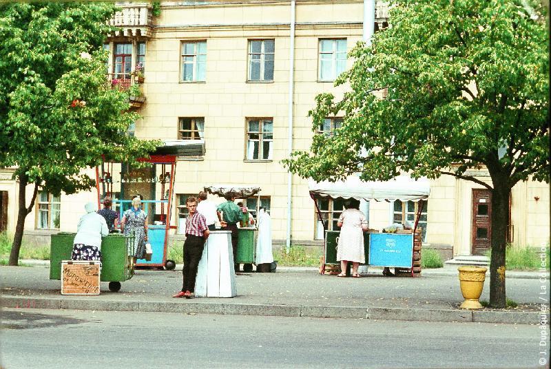 Photographie (résolution écran) : Fonds photographique Jacques Dupâquier — Voyage en URSS en 1964 — Sur la route de Moscou-Minsk Smolensk Borodino : «Minsk-Place de la Victoire-Petits commerces ambulants»