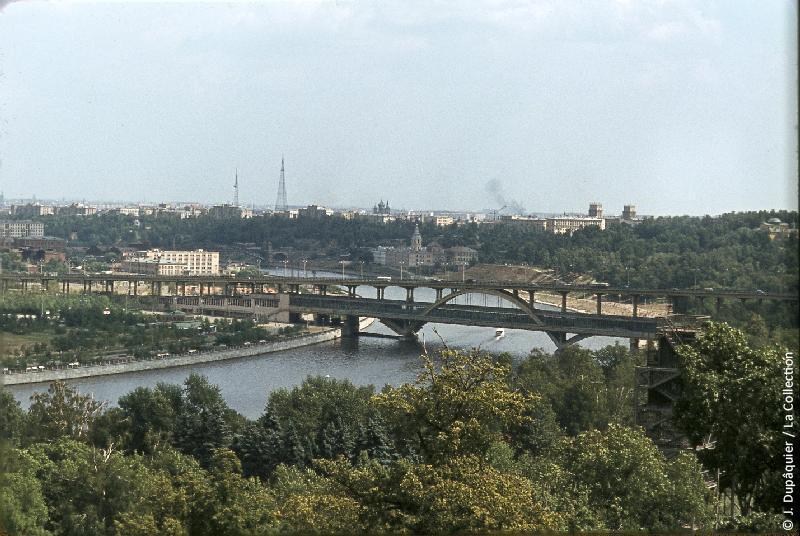 Photographie (résolution écran) : Fonds photographique Jacques Dupâquier — Voyage en URSS en 1964 — Moscou : «Moscou-La Moscova au pied des Monts Lénine»