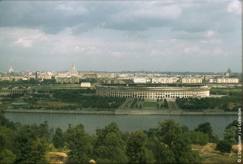 Photographie (résolution écran) : Fonds photographique Jacques Dupâquier — Voyage en URSS en 1964 — Moscou : «Moscou-Le stade»