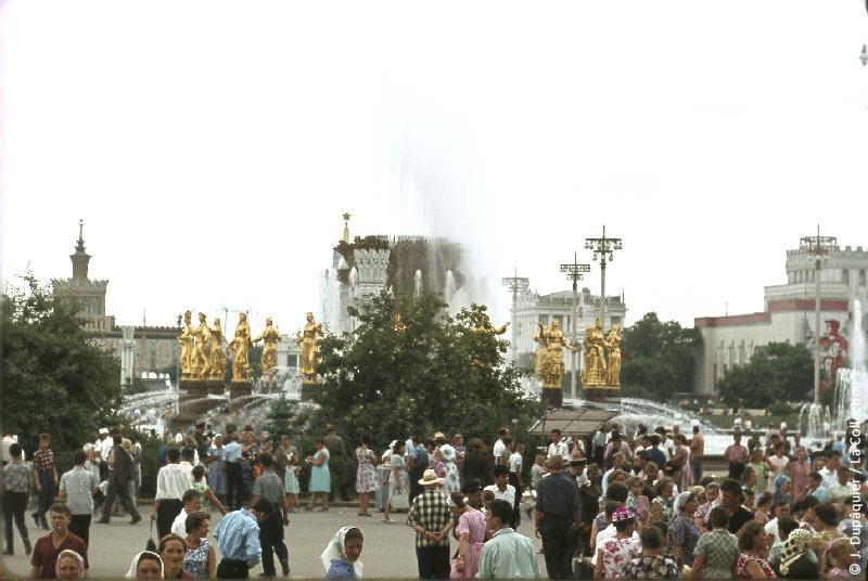 Photographie (résolution écran) : Fonds photographique Jacques Dupâquier — Voyage en URSS en 1964 — Moscou : «Moscou-L'Exposition des réalisations de l'Economie nationale de l'URSS (VDNKh) (actuel Centre panrusse des expositions)»
