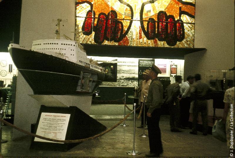 Photographie (résolution écran) : Fonds photographique Jacques Dupâquier — Voyage en URSS en 1964 — Moscou : «Moscou-L'Exposition des réalisations de l'Economie nationale de l'URSS (VDNKh) (actuel Centre panrusse des expositions)-Pavillon de l'énergie atomique»