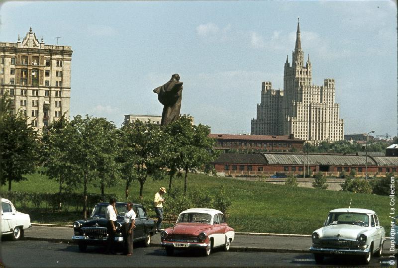 Photographie (résolution écran) : Fonds photographique Jacques Dupâquier — Voyage en URSS en 1964 — Moscou : «Moscou-Vue depuis l'hôtel Ukraine»