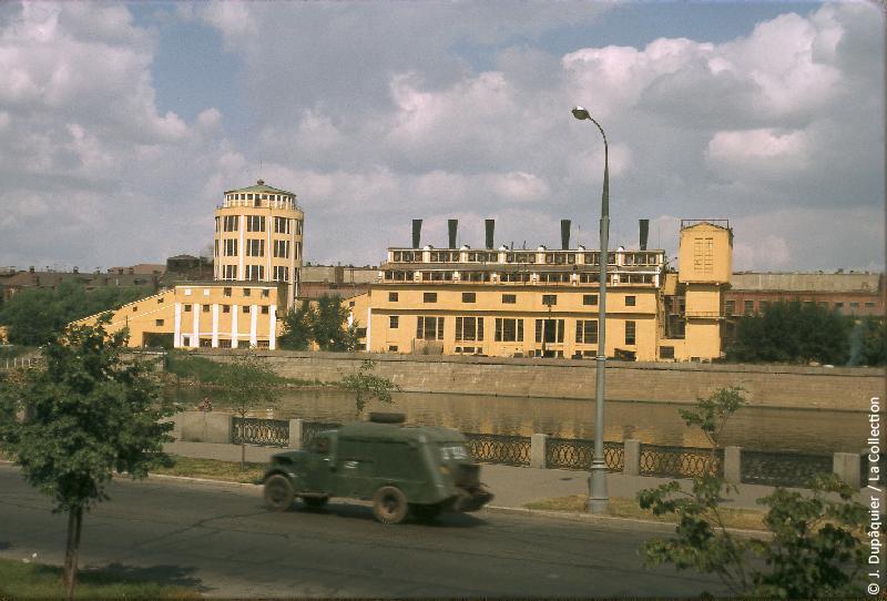 Photographie (résolution écran) : Fonds photographique Jacques Dupâquier — Voyage en URSS en 1964 — Moscou : «Moscou-Usine au bord de la Moskova»