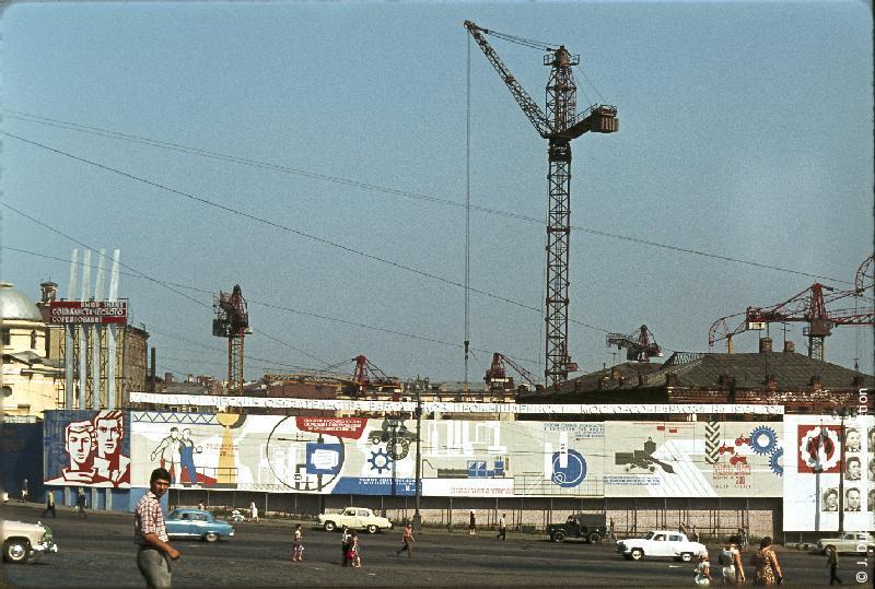 Photographie (résolution écran) : Fonds photographique Jacques Dupâquier — Voyage en URSS en 1964 — Moscou : «Moscou-Chantiers près de la Place Rouge»