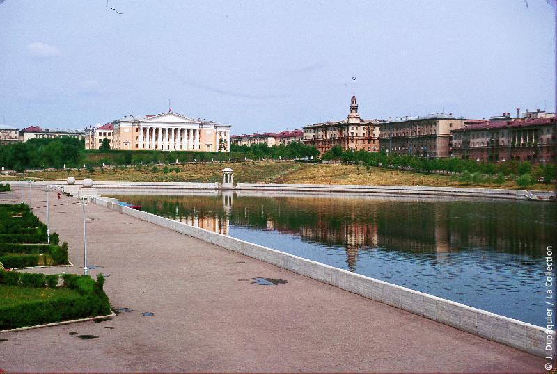 Photographie (résolution écran) : Fonds photographique Jacques Dupâquier — Voyage en URSS en 1964 — Sur la route de Moscou-Minsk Smolensk Borodino : «Minsk-La rivière Svislotch»