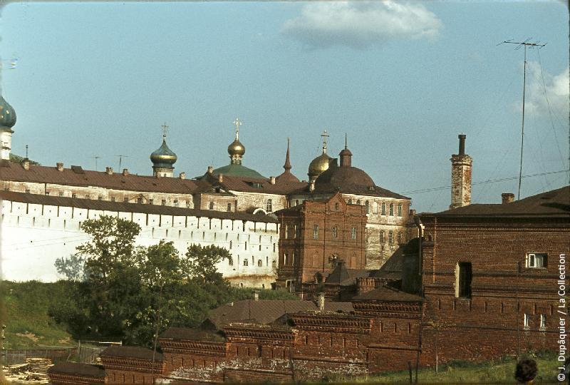 Photographie (résolution écran) : Fonds photographique Jacques Dupâquier — Voyage en URSS en 1964 — Moscou : «Zagorsk (actuelle Serguïev Possad)-Le monastère de la Trinité Saint-Serge»