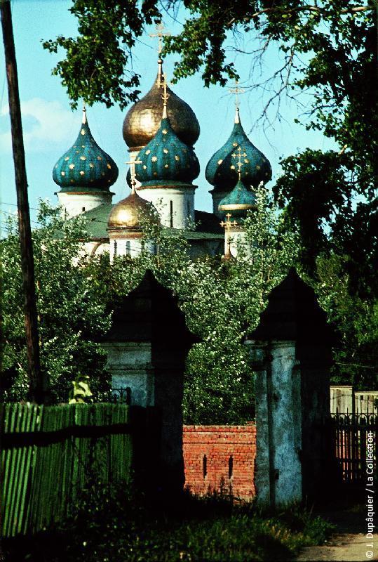 Photographie (résolution écran) : Fonds photographique Jacques Dupâquier — Voyage en URSS en 1964 — Moscou : «Zagorsk (actuelle Serguïev Possad)-Le monastère de la Trinité Saint-Serge-Cathédrale de la Dormition (Cathédrale de l'Assomption)»