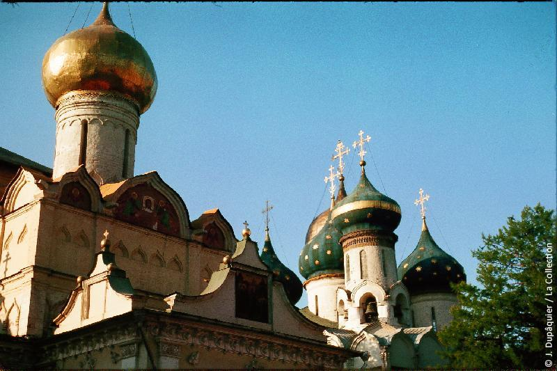 Photographie (résolution écran) : Fonds photographique Jacques Dupâquier — Voyage en URSS en 1964 — Moscou : «Zagorsk (actuelle Serguïev Possad)-Le monastère de la Trinité Saint-Serge-Eglise du Saint-Esprit (arrière plan) et Eglise Saint-Nikon»
