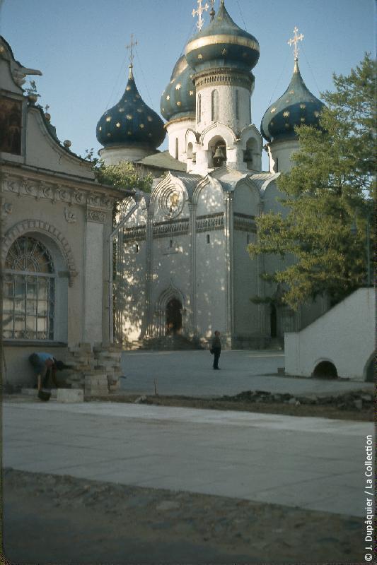 Photographie (résolution écran) : Fonds photographique Jacques Dupâquier — Voyage en URSS en 1964 — Moscou : «Zagorsk (actuelle Serguïev Possad)-Le monastère de la Trinité Saint-Serge-Eglise du Saint-Esprit»