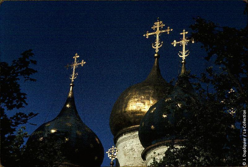Photographie (résolution écran) : Fonds photographique Jacques Dupâquier — Voyage en URSS en 1964 — Moscou : «Zagorsk (actuelle Serguïev Possad)-Le monastère de la Trinité Saint-Serge-Coupoles de la Cathédrale de la Dormition (Cathédrale de l'Assomption)»