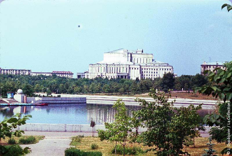 Photographie (résolution écran) : Fonds photographique Jacques Dupâquier — Voyage en URSS en 1964 — Sur la route de Moscou-Minsk Smolensk Borodino : «Minsk-L'Opéra»