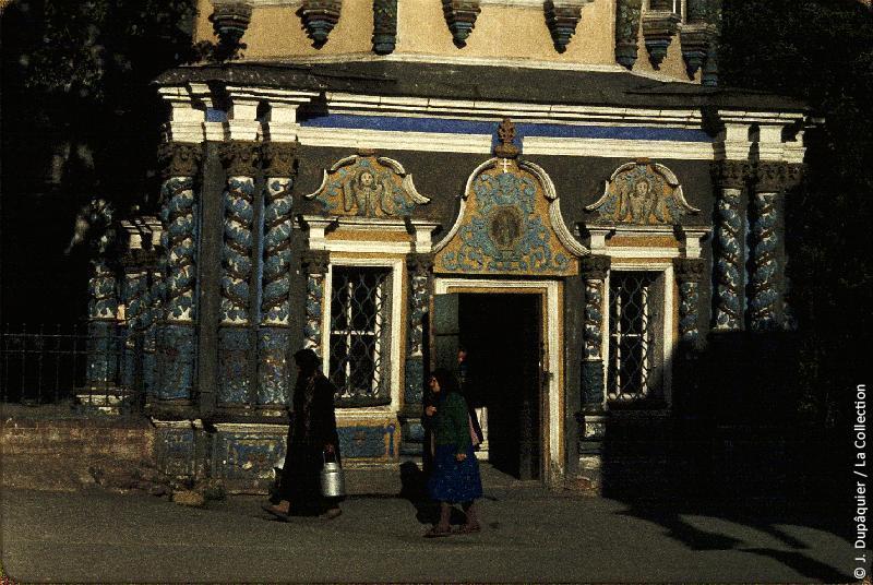 Photographie (résolution écran) : Fonds photographique Jacques Dupâquier — Voyage en URSS en 1964 — Moscou : «Zagorsk (actuelle Serguïev Possad)-Le monastère de la Trinité Saint-Serge-Chapelle du Puit Saint (fontaine miraculeuse)»