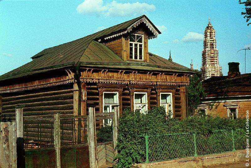 Photographie (résolution écran) : Fonds photographique Jacques Dupâquier — Voyage en URSS en 1964 — Moscou : «Zagorsk (actuelle Serguïev Possad)-Une maison»