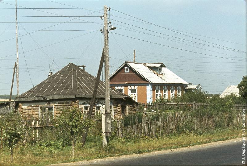 Photographie (résolution écran) : Fonds photographique Jacques Dupâquier — Voyage en URSS en 1964 — De Moscou au Caucase : «Isbas à Molodi près de Podolsk»