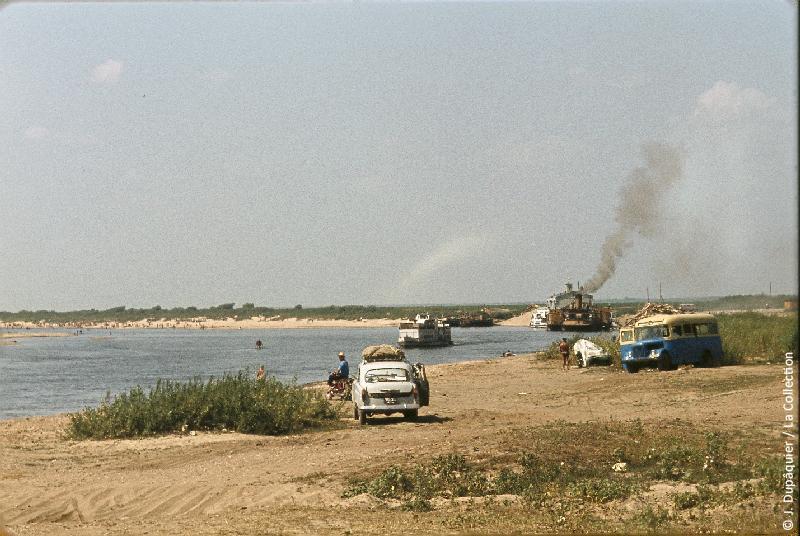 Photographie (résolution écran) : Fonds photographique Jacques Dupâquier — Voyage en URSS en 1964 — De Moscou au Caucase : «La rivière Oka près de Serpoukhov»