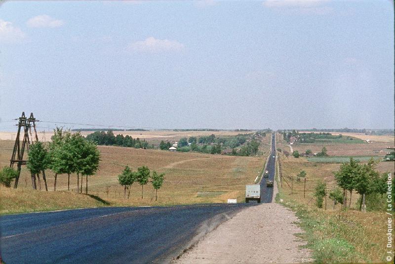 Photographie (résolution écran) : Fonds photographique Jacques Dupâquier — Voyage en URSS en 1964 — De Moscou au Caucase : «Sur la route au nord de Toula»