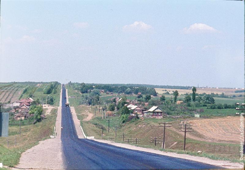 Photographie (résolution écran) : Fonds photographique Jacques Dupâquier — Voyage en URSS en 1964 — De Moscou au Caucase : «Sur la route au nord de Toula-Près de Sevrioukovo»