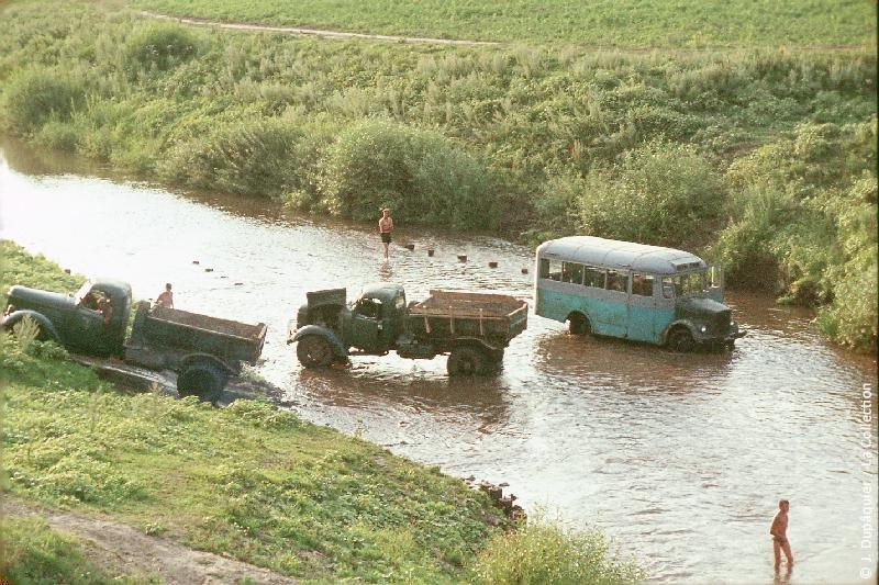 Photographie (résolution écran) : Fonds photographique Jacques Dupâquier — Voyage en URSS en 1964 — De Moscou au Caucase : «Près d'Orel-Nettoyage des camions dans l'Optoukhia»