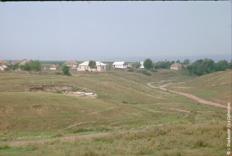 Photographie (résolution écran) : Fonds photographique Jacques Dupâquier — Voyage en URSS en 1964 — De Moscou au Caucase : «Village au sud d'Orel»