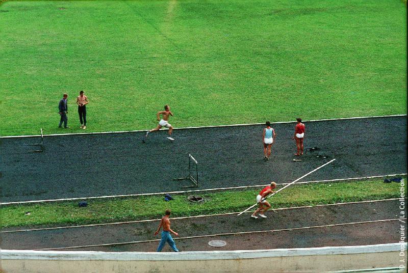 Photographie (résolution écran) : Fonds photographique Jacques Dupâquier — Voyage en URSS en 1964 — Sur la route de Moscou-Minsk Smolensk Borodino : «Minsk-Entraînement au stade»