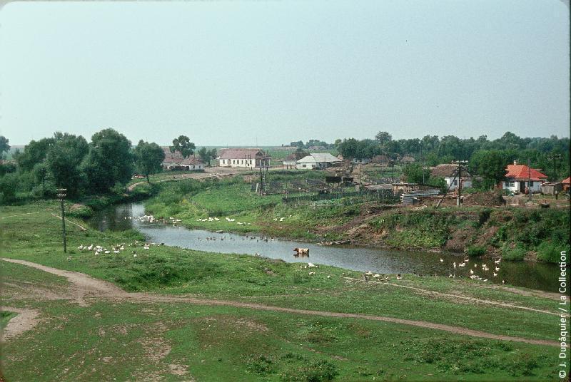 Photographie (résolution écran) : Fonds photographique Jacques Dupâquier — Voyage en URSS en 1964 — De Moscou au Caucase : «Village de Verkhni Lubach»