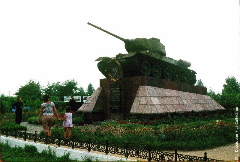 Photographie (résolution écran) : Fonds photographique Jacques Dupâquier — Voyage en URSS en 1964 — De Moscou au Caucase : «Monument commémoratif de la Bataille de Koursk (1943)»