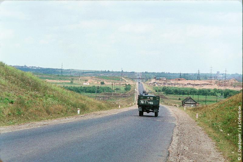 Photographie (résolution écran) : Fonds photographique Jacques Dupâquier — Voyage en URSS en 1964 — Sur la route de Moscou-Minsk Smolensk Borodino : «Sur la route de Smolensk-L'autoroute près de Minsk»