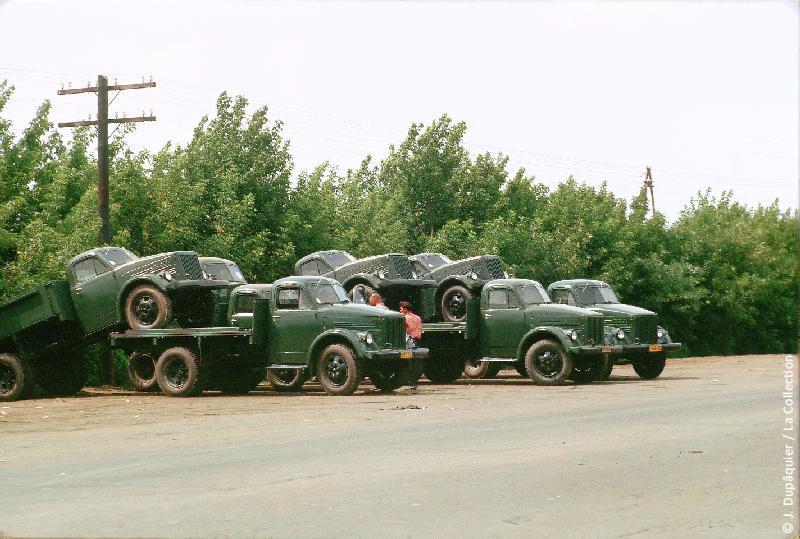 Photographie (résolution écran) : Fonds photographique Jacques Dupâquier — Voyage en URSS en 1964 — De Moscou au Caucase : «Camions jumelés pour la livraison»
