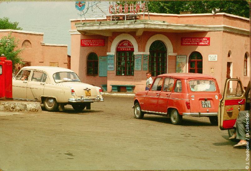 Photographie (résolution écran) : Fonds photographique Jacques Dupâquier — Voyage en URSS en 1964 — De Moscou au Caucase : «Poste d'essence d'Oboïan»