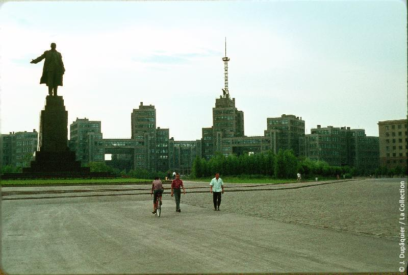 Photographie (résolution écran) : Fonds photographique Jacques Dupâquier — Voyage en URSS en 1964 — De Moscou au Caucase : «Kharkov-Place Dzerjinski (actuelle Place de la Liberté)»