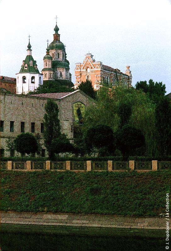 Photographie (résolution écran) : Fonds photographique Jacques Dupâquier — Voyage en URSS en 1964 — De Moscou au Caucase : «Kharkov-Cathédrale du Saint-Suaire»