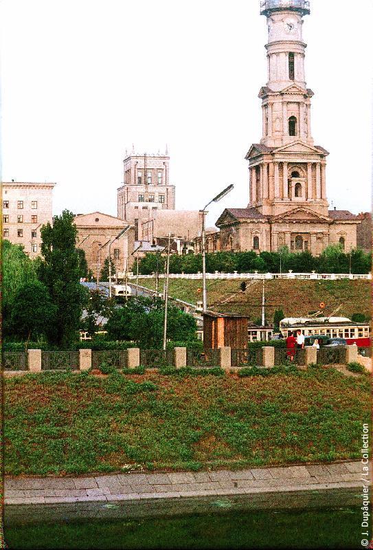 Photographie (résolution écran) : Fonds photographique Jacques Dupâquier — Voyage en URSS en 1964 — De Moscou au Caucase : «Kharkov-Cathédrale de la Dormition (Cathédrale de l'Assomption)»