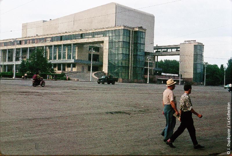 Photographie (résolution écran) : Fonds photographique Jacques Dupâquier — Voyage en URSS en 1964 — De Moscou au Caucase : «Kharkov-Théâtre»