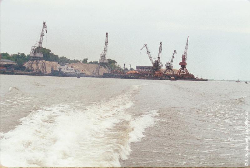 Photographie (résolution écran) : Fonds photographique Jacques Dupâquier — Voyage en URSS en 1964 — De Moscou au Caucase : «Azov-Sur le Don en hydroglisseur-Vue sur le port»