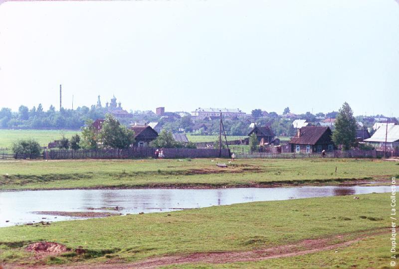 Photographie (résolution écran) : Fonds photographique Jacques Dupâquier — Voyage en URSS en 1964 — Sur la route de Moscou-Minsk Smolensk Borodino : «Sur la route de Smolensk-Le fleuve Bérézina à Borisov»