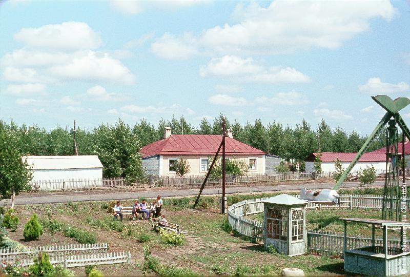 Photographie (résolution écran) : Fonds photographique Jacques Dupâquier — Voyage en URSS en 1964 — De Moscou au Caucase : «Le sovkhoze Dvodianaïa Balka (Territoire de Krasnodar)-Un manège»