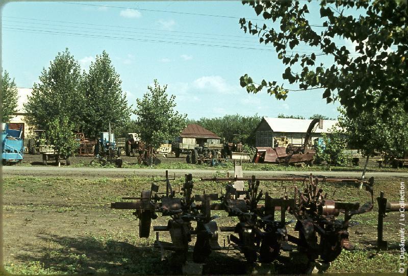 Photographie (résolution écran) : Fonds photographique Jacques Dupâquier — Voyage en URSS en 1964 — De Moscou au Caucase : «Le sovkhoze Dvodianaia Balka (Territoire de Krasnodar)-Les machines agricoles»
