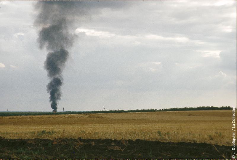 Photographie (résolution écran) : Fonds photographique Jacques Dupâquier — Voyage en URSS en 1964 — De Moscou au Caucase : «Un puit en feu près de Korenevskaia (plaines du Kouban)»