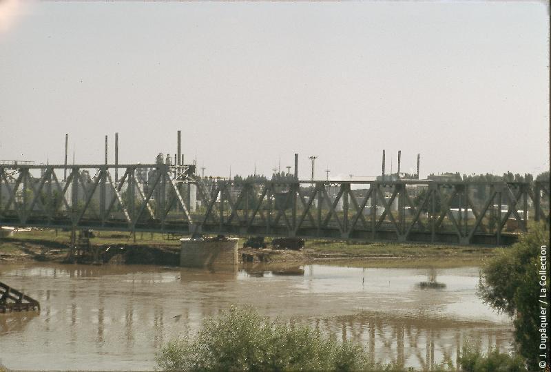 Photographie (résolution écran) : Fonds photographique Jacques Dupâquier — Voyage en URSS en 1964 — De Moscou au Caucase : «Raffinerie à Krasnodar»