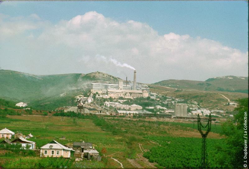 Photographie (résolution écran) : Fonds photographique Jacques Dupâquier — Voyage en URSS en 1964 — Caucase et Georgie : «Cimenterie près de Novorossiisk»