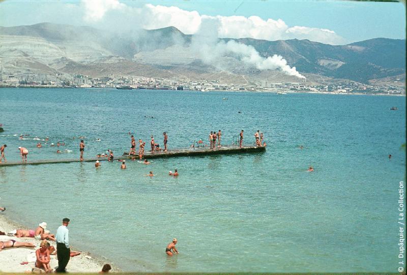 Photographie (résolution écran) : Fonds photographique Jacques Dupâquier — Voyage en URSS en 1964 — Caucase et Georgie : «Novorossiisk-Bain dans la Mer Noire»