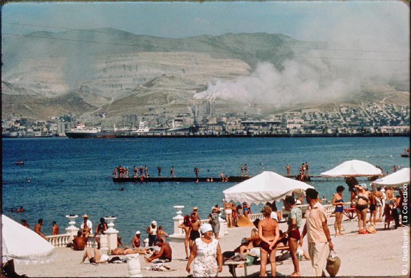 Photographie (résolution écran) : Fonds photographique Jacques Dupâquier — Voyage en URSS en 1964 — Caucase et Georgie : «Plage, port et cimenterie à Novorossiisk»