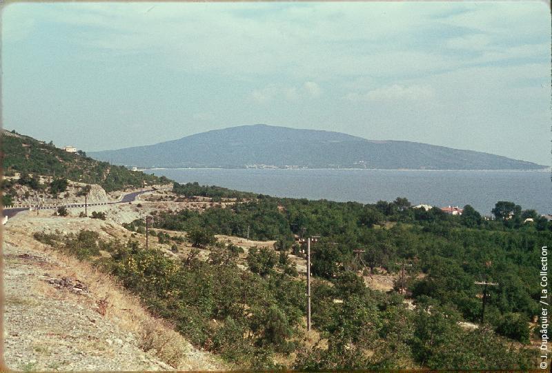 Photographie (résolution écran) : Fonds photographique Jacques Dupâquier — Voyage en URSS en 1964 — Caucase et Georgie : «Région de Gelengjik-Côte près de Kabardinka (photo interdite)»