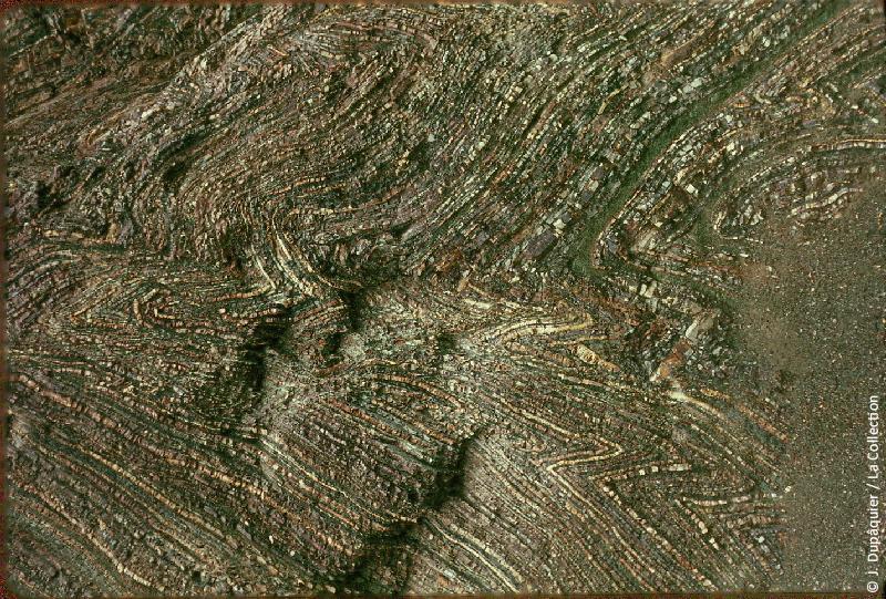 Photographie (résolution écran) : Fonds photographique Jacques Dupâquier — Voyage en URSS en 1964 — Caucase et Georgie : «Schistes plissés près de Tuapse»