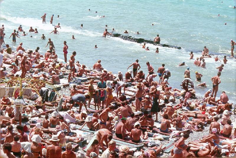Photographie (résolution écran) : Fonds photographique Jacques Dupâquier — Voyage en URSS en 1964 — Caucase et Georgie : «Sur la plage de Sotchi»