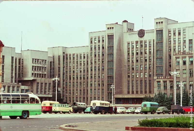 Photographie (résolution écran) : Fonds photographique Jacques Dupâquier — Voyage en URSS en 1964 — Sur la route de Moscou-Minsk Smolensk Borodino : «Minsk-Place Lénine-Palais du gouvernement»